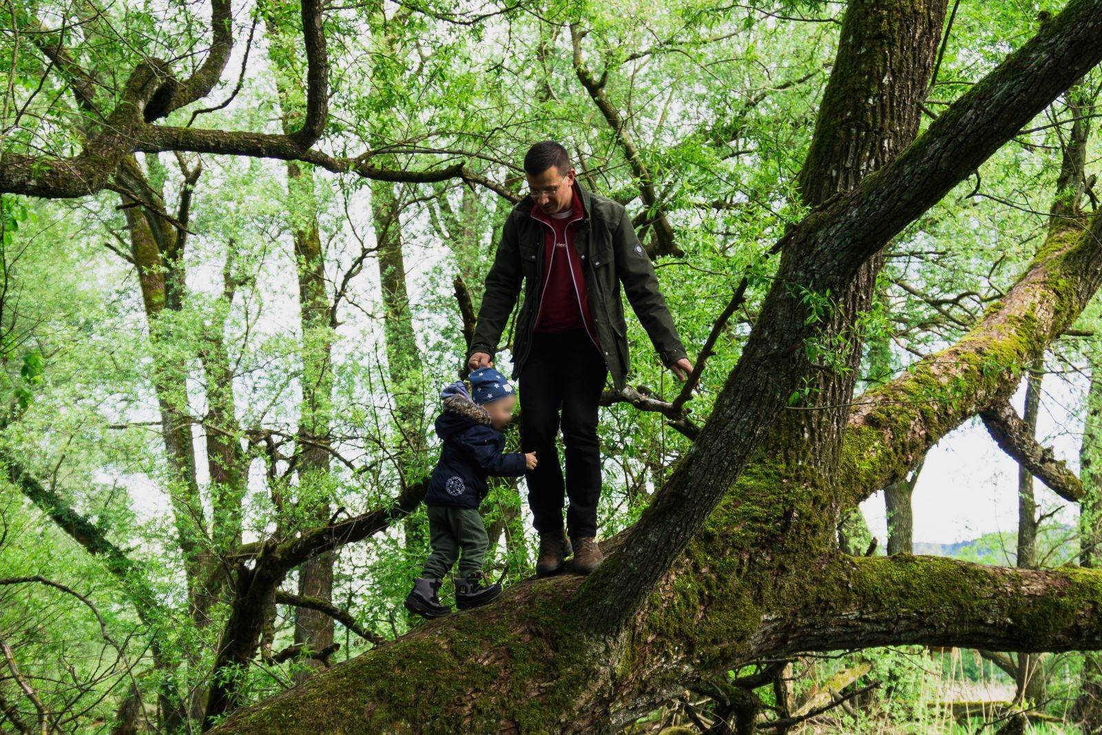 Vater und Sohn in der Natur © Erträume Deine Welt